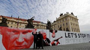 Флэшмоб в Праге: изображения Владимира Путина и Милоша Земана. 24 февраля 2019