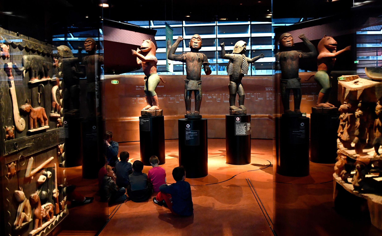 巴黎布朗利博物館展出的準備回歸給貝寧政府的十九世紀非洲達奧美皇朝的雕像。