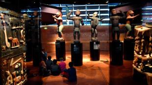 Des statues du royaume du Dahomey de la fin du XIXème siècle exposées au musée du quai Branly à Paris.
