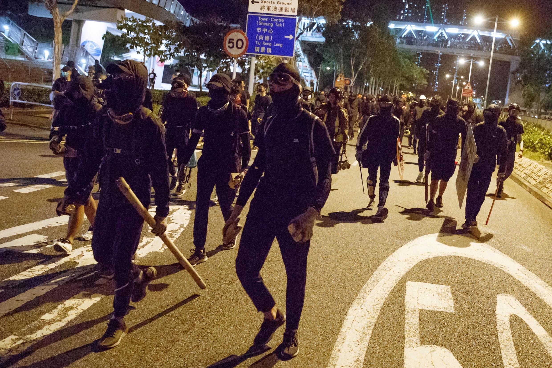 Les manifestants prêts à en découdre avec la police à Tseung Kwan O à Hong Kong, le 9 novembre 2019.
