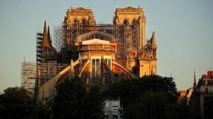 Собор Парижской Богоматери после пожара 14 апреля 2020 года
