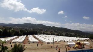 Acampamentos acolhem refugiados sírios do lado turco da fronteira.