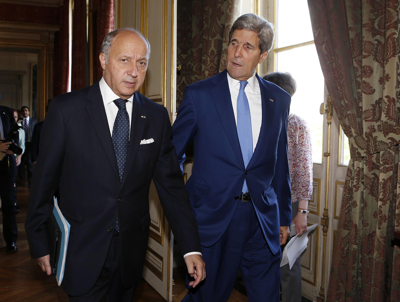 Os chefes da diplomacia da França, Laurent Fabius (e) e dos Estados Unidos, John Kerry (d), se encontraram em Paris durante uma reunião internacional sobre o conflito na Faixa de Gaza.