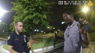 开枪的警员罗非与布鲁克斯交谈资料图片
