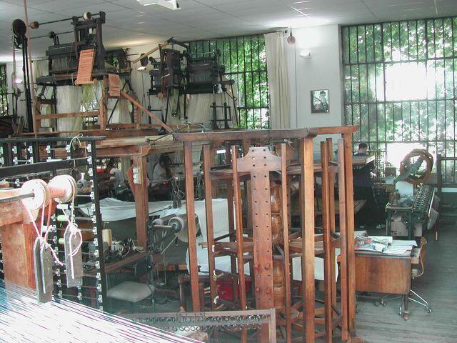 法國里昂普來樂絲綢作坊車間內的傳統手織機。