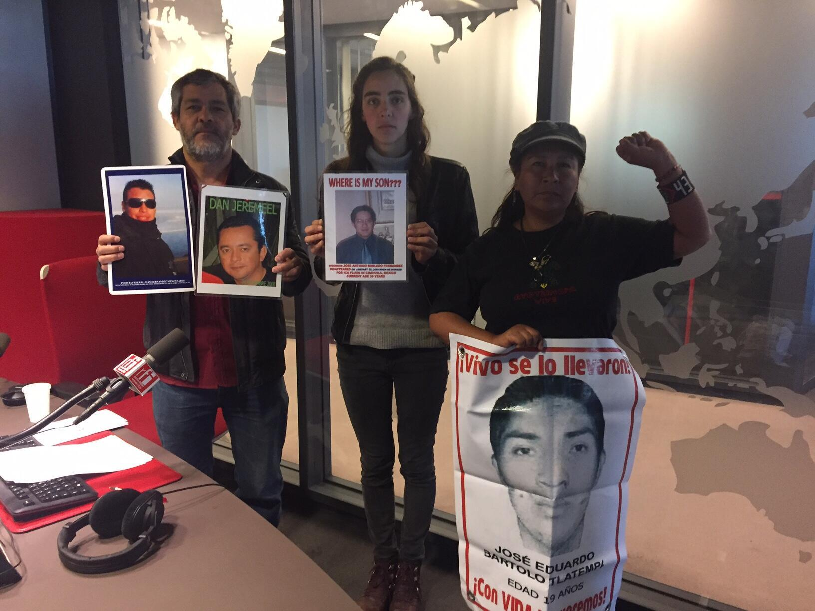 El artista Alfredo López Csanova, una integrante del colectivo París Ayotzinapa y María de Jesús Tlatempa madre de uno de los 43 desaparecidos