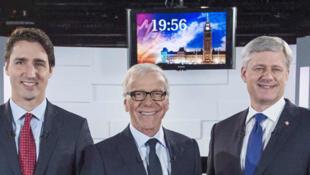 (G - D) Gilles Duceppe, Justin Trudeau, Pierre Bruneau, Stephen Harper et Thomas Mulcair lors du débat télévisé du 3 octobre 2015.