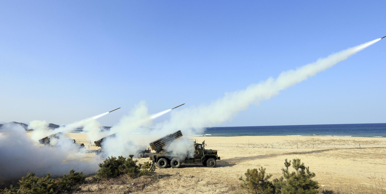 (資料圖片)韓美聯合軍演韓國在東海岸發射多枚導彈,2014年3月3日。