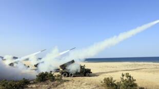 韩美联合军演韩国在东海岸发射多枚导弹,2014年3月3日。