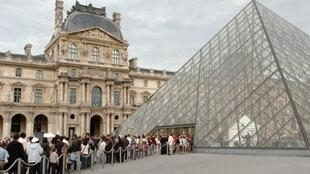 Tourists line up to enter Louvre museum