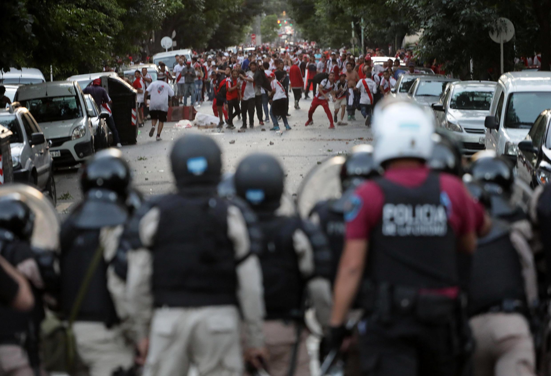 Hinchas del River Plate se enfrentaron a las fuerzas del orden tras la anulación del partido.