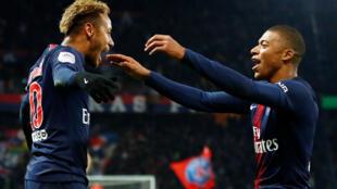 Neymar (esquerda), avançado brasileiro do PSG, e Kylian Mbappé (direita), avançado francês do PSG.