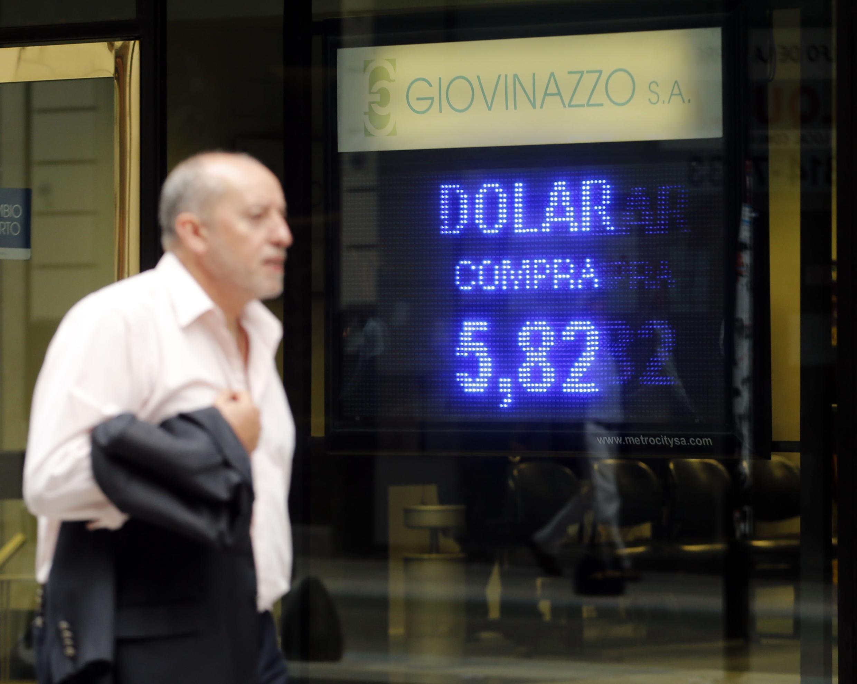 Un panneau indiquant le taux de change officiel pesos - dollar, le 16 octobre à Buenos-Aires.
