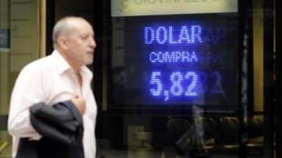 Le 16 octobre dernier, le dollar s'échangeait encore contre moins de 6 pesos à Buenos Aires.