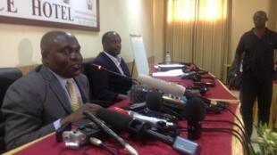 tattaunawar kasar Burundi: ministan tsaron kasar Uganda, Crispus Kiyonga, tare da sakatare janar din kungiyar kasashen gabashin Afrika , Richard Sezibera.