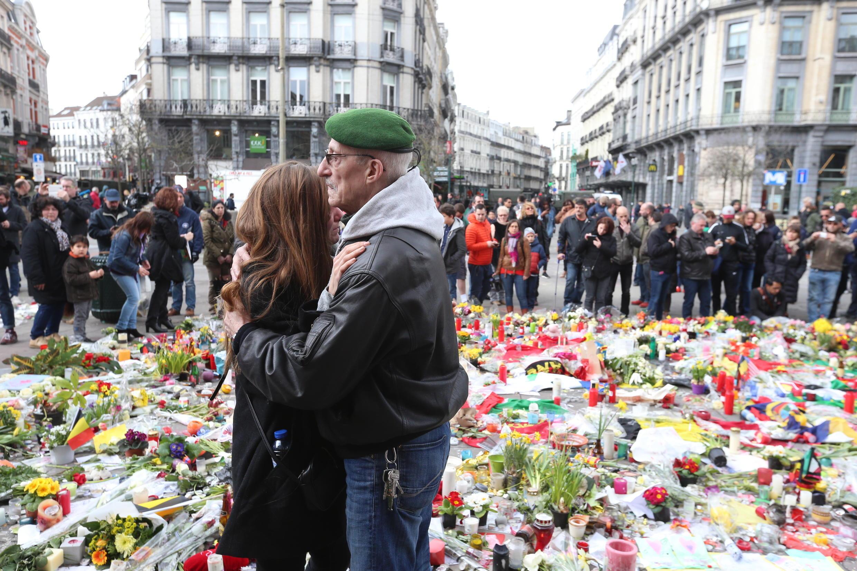 Dù buổi tuần hành tưởng niệm nạn nhân khủng bố tại Bruxelles bị hủy bỏ, nhiều người vẫn tới đặt hoa tại khu vực trung tâm thủ đô ngày 27/03/2016..