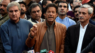 Kiongozi wa upinzani nchini Pakistani, Imran Khan,  akiongea na vyombo vya habari mjini Islamabad, Oktoba 28, 2016.
