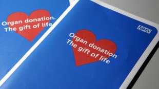 Deux brochures sur les applications des donneurs d'organes sont présentées à Londres pour illustrer les initiatives actuelles du gouvernement britannique visant à proposer un moyen de remédier à la pénurie d'organes actuelle, le 16 janvier 2008.