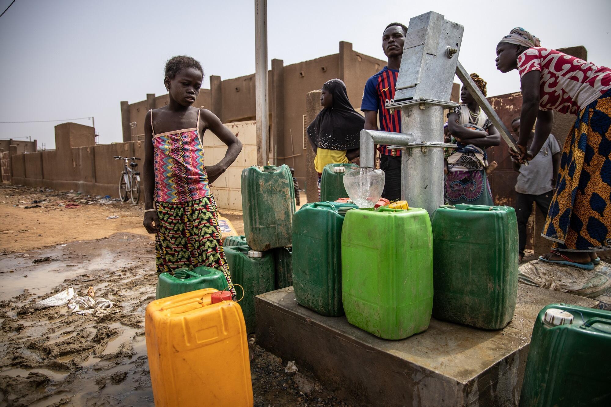 Des déplacés internes venus du nord de Burkina Faso, autour d'une pompe à eau, à Kaya, le 22 janvier 2020 (Photo d'illustration).