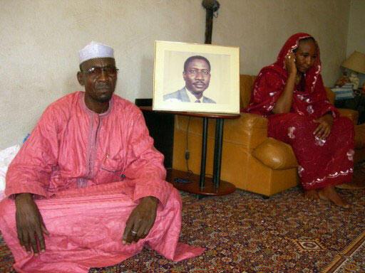 La femme d'Ibni Oumar Mahamat Saleh et son cousin posent devant une photo du leader, le 15 mai 2008.
