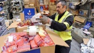 Un douanier présente de faux médicaments issus d'une saisie, le 8 décembre 2011 dans un entrepôt à Epouville (Normandie). (Photo d'illustration)
