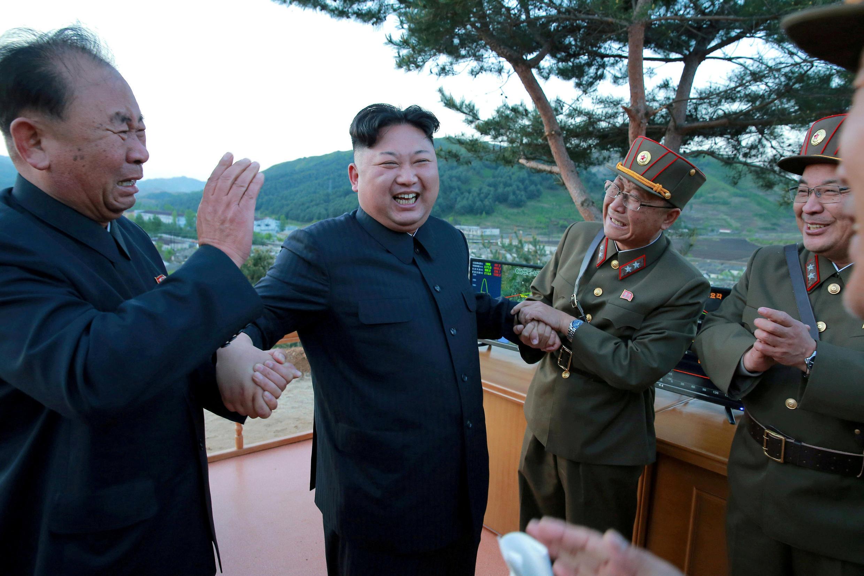 Ri Pyong Chol (T) và lãnh đạo Bắc Triều Tiên Kim Jong Un (G). Ảnh do KCNA công bố ngày 15/05/2017