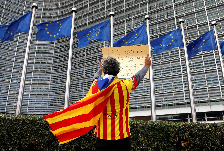 Un militant de l'indépendance de la Catalogne devant le siège de la Commission européenne à Bruxelles, le 2 octobre 2017, au lendemain du référendum en Catalogne.