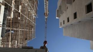 Un obrero palestino trabajando en la construcción de un asentamiento cerca de Jerusalén, el 8 de diciembre de 2010.