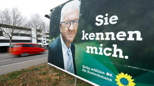 Un cartel electoral muestra a Winfried Kretschmann, principal candidato de Los Verdes para las próximas elecciones estatales de Baden-Wurtemberg en Heilbronn, Alemania, el 10 de marzo de 2021.