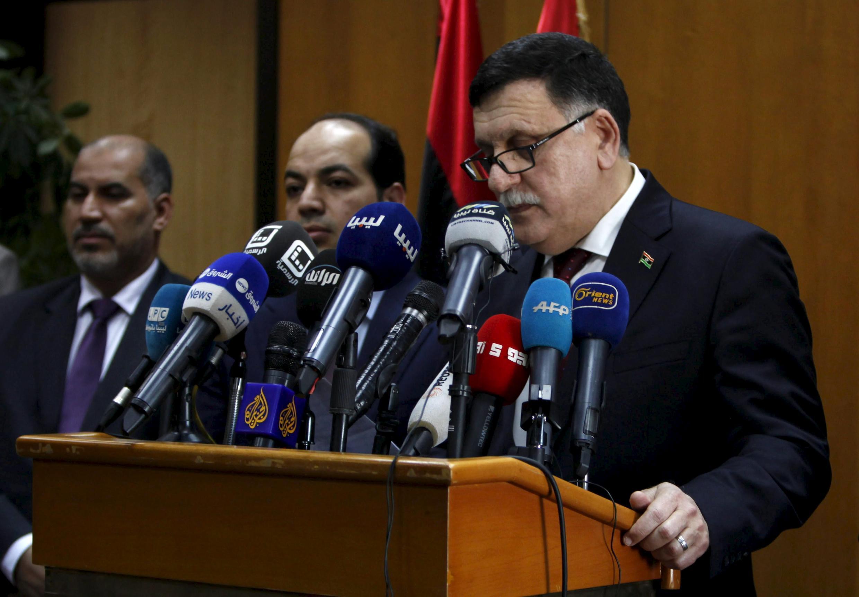 Le Premier ministre libyen Fayed el-Sarraj (à droite) lors d'une conférence de presse à Tripoli, le 30 mars 2016.