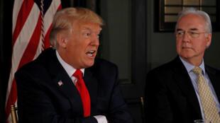 Donald Trump accompagné du secrétaire de la Santé, Tom Price. Le président a mis en garde la Corée du Nord en promettant le feu et la colère, le 8 août 2017.