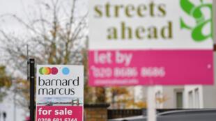 Panneaux publicitaires pour vendre des maisons dans le quartier de Croydon, dans le sud de Londres (photo d'illustration).