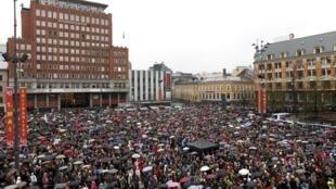 Cerca de 40 mil manifestantes protestam com música contra Anders Breivik na praça Youngstorget  em Oslo.