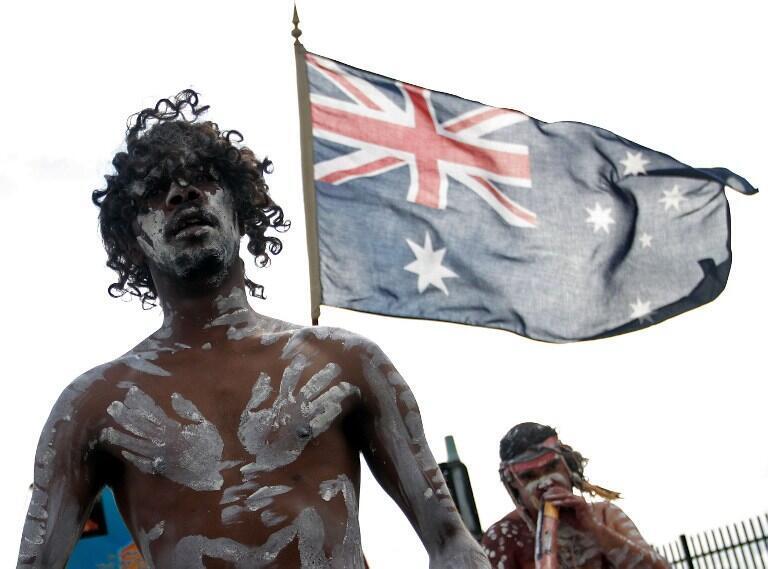 Milhares de jovens indígenas australianos foram levados à força de suas casas e colocados com famílias adotivas brancas como parte das políticas de assimilação da cultura oficial.