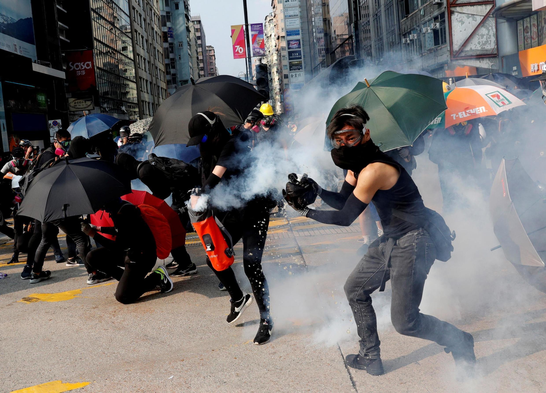 Người biểu tình chống chính quyền Hồng Kông đối mặt với cảnh sát, ngày 20/10/2019.