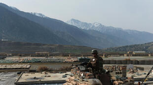 Un soldat afghan observe la frontière entre l'Afghanistan et le Pakistan, en février 2014.