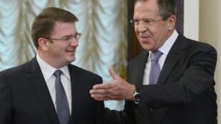 Le ministre russe des Affaires étrangères Sergei Lavrov et le représentant de l'Ossetie du Sud, David  Sanakoyen, lors de leur rencontre à Moscou le 9 octobre 2012.