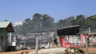Lieu-dit Papatam à Albina, sur la rive du Maroni mis à sac et incendié. Il abritait une station service et un grand magasin, tenu par des Chinois, où les orpailleurs brésiliens venaient s'approvisionner.