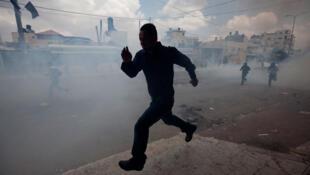 Un manifestante palestino luego de los enfrentamientos con las fuerzas de seguridad israelíes en Kalindia, cerca de Ramallah, este 15 de mayo 2011
