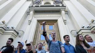 Des manifestants devant la mairie de Moscou le 27 juillet 2019 pour réclamer l'accès des candidats d'opposition aux élections locales de septembre