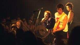 Les Sex Pistols se produisent sur scène au Kingfisher Club de Baton Rouge, en Louisiane, lors de leur dernière tournée, le 09 janvier 1978.