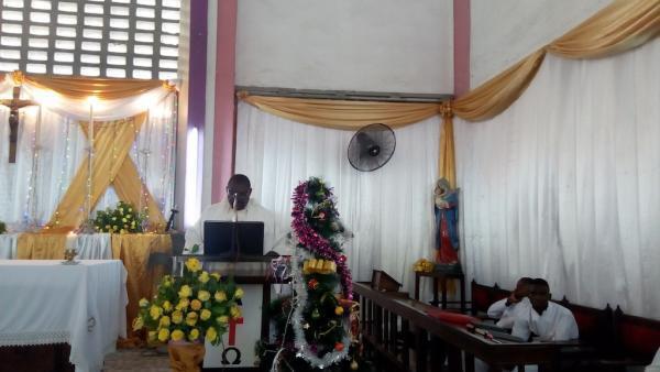 Canon Jerome Napella Kasisi wa  Kanisa Anglikana Tanzania Mtakatifu Nikolao Ilala jijini Dar es salaam, wakati wa ibada ya Krismasi Desemba 25 2019