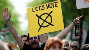 Com o escândalo da extrema direita na Áustria, população saiu às ruas de Viena, no domingo (19), para incitar eleitores a votarem contra legendas populistas nas eleições europeias.