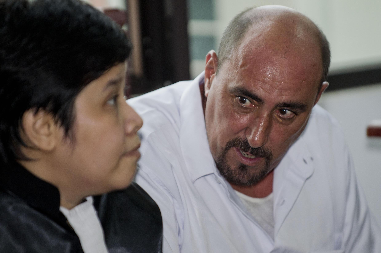 Serge Atlaoui aux côtés de son avocate indonésienne Nancy Yuliana, lors d'une audience près de Jakarta le 1er avril 2015.