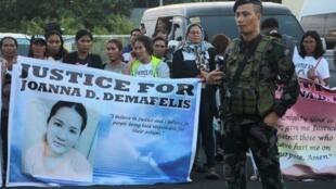 Familiares em Manila da empregada doméstica filipina, cujo corpo foi encontrado morto numa arca frigorífica em casa do seu patrão no Kuwait, em fevereiro de 17 de fevereiro de 2018
