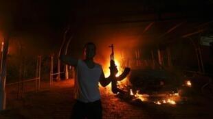 Uno de los atacantes del consulado de Bengasi, el 11 de septiembre de 2012.