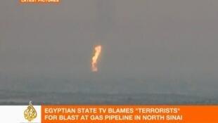 Se puede ver una gran columna de fuego brotando del gaseoducto.