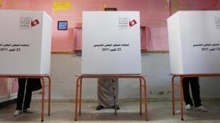 Tunisianos votam durante eleições gerais em Marsa, no norte do país.
