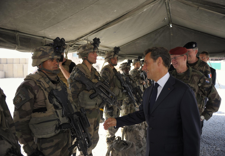 نیکلا سارکوزی، رئیس جمهوری فرانسه به هنگام دیدار با نیروهای نظامی فرانسوی در افغانستان