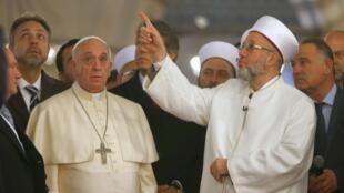 O papa Francisco visita a Mesquita Azul de Istambul, neste sábado (29), ao lado do líder religioso muçulmano Rahmi Yaran (à direita).